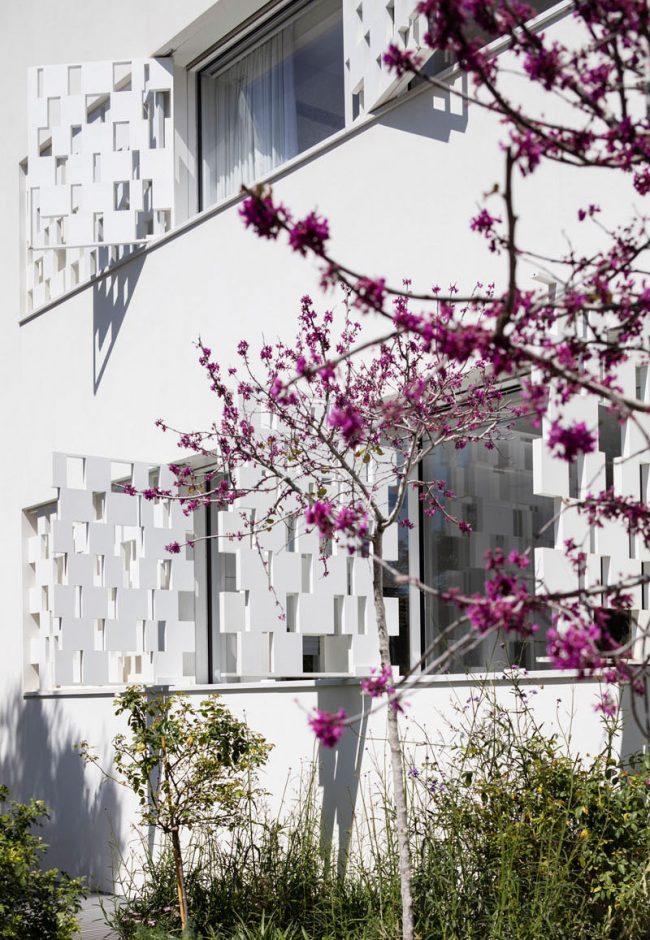 Красивый пример декорирования фасада с помощью необычных оконных ставен от Pitsou Kedem Architects