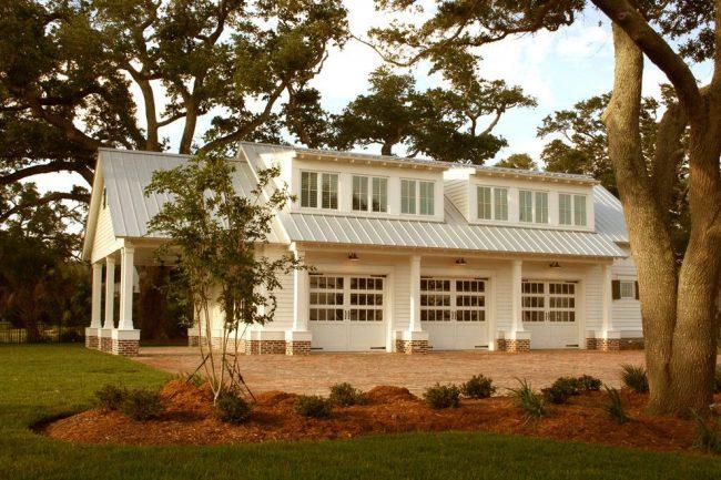 Дом с тремя гаражами для каждого члена семьи и большой мансардой