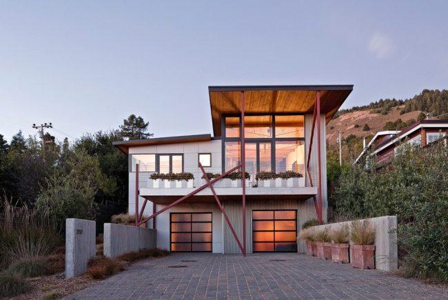 Современный проект: просторный балкон над совмещенными с домом двумя гаражами