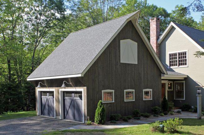 Бесплатный проект стандартного деревенского дома с гаражами для двух автомобилей