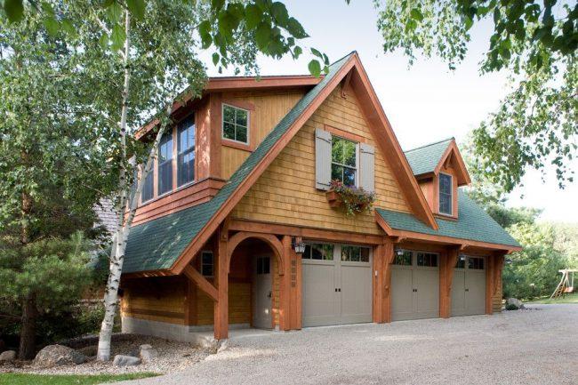 Двухэтажный дом и встроенные три гаража для автомобилей с общей крышей и несколькими стенами
