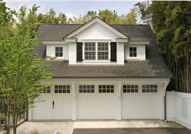 Двухэтажный дом с простым расположением трех гаражей, построенный по типовому бесплатному проекту