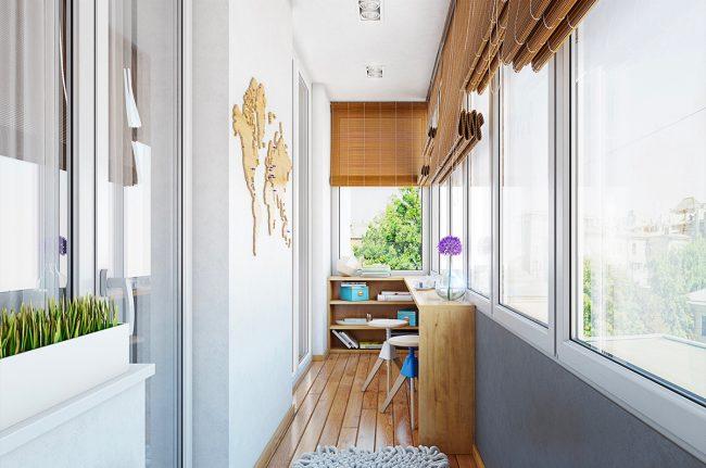 Лаконичный дизайн балкона в белом цвете с дощатым настилом пола и бамбуковыми шторами