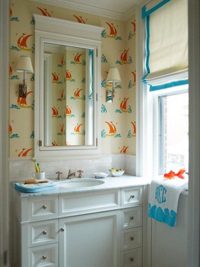 Контрастный насыщенного голубого цвета кант для однотонных белых римских штор в интерьере ванной комнаты морского стиля