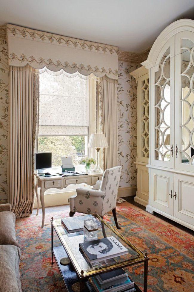 «Тройное» оформление окна лондонского домашнего офиса: римские шторы-тюль, гардины, ламбрекен