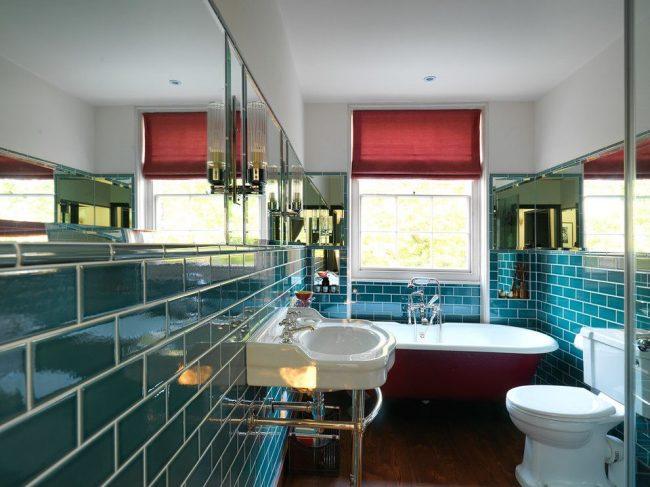 Оригинальная ванная комната с простыми римскими шторами в тон ванной