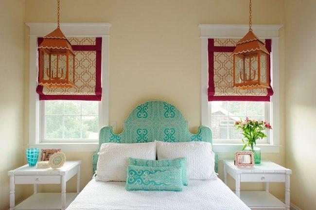 Узорчатые римские шторы с кантом, яркие декорированные фонари, текстильное изголовье кровати и подушки из одной ткани – идеи для обновления спальни