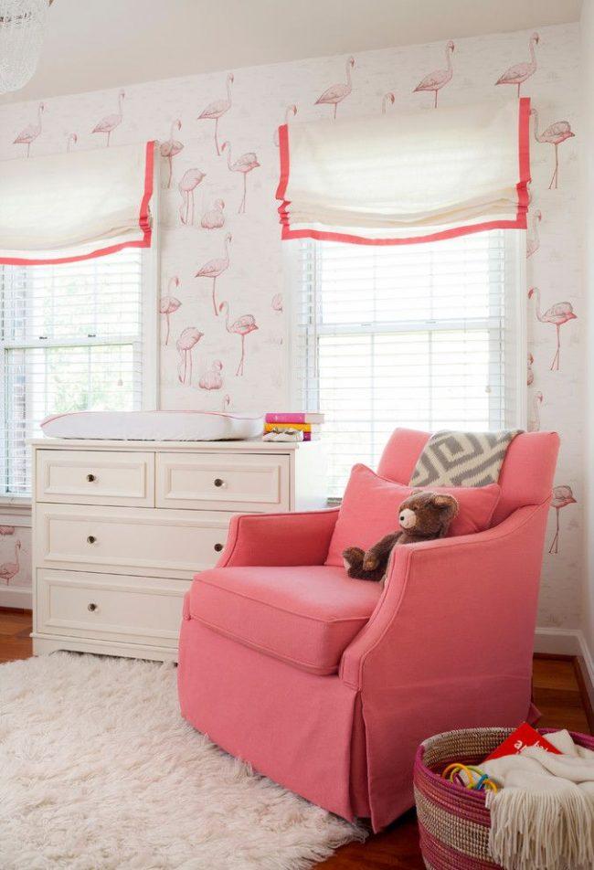 Каскадные римские шторы с креплением к оконной раме в нежной бело-розовой гамме, подходящей для оформления комнаты девочки