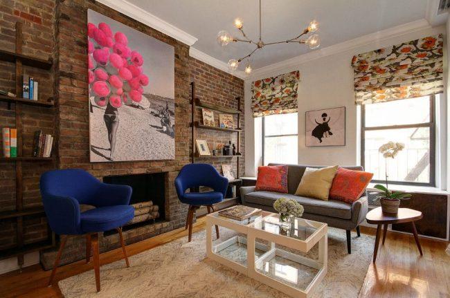 Модная Нью-Йоркская гостиная с ярким гармоничным цветовым сочетанием на римских шторах