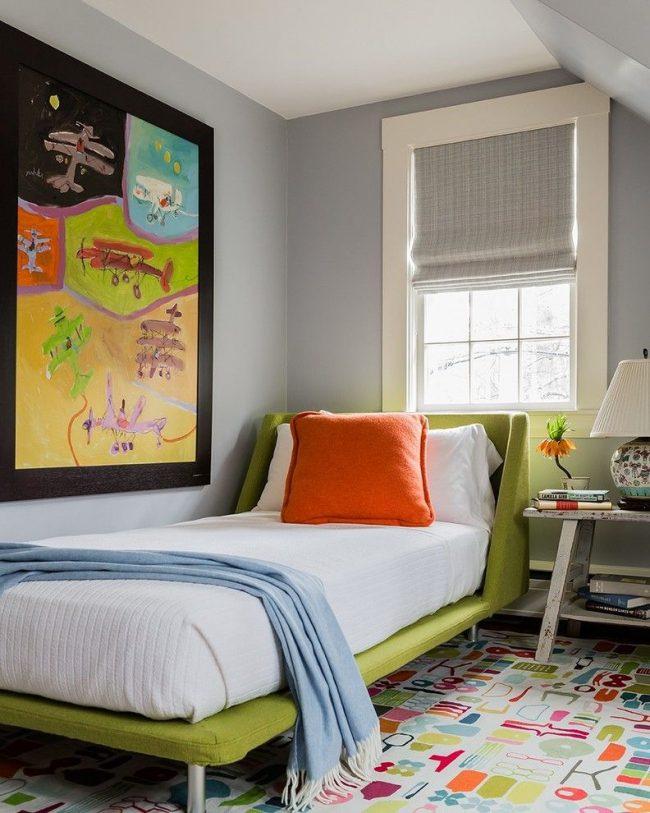 Однотонная серая римская штора с плотным плетением для детской комнаты нейтральной отделки, но с яркими интерьерными деталями