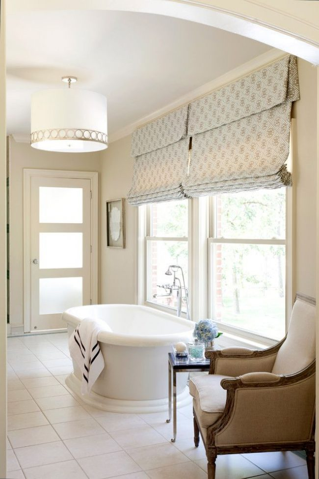 Римские шторы с ламбрекеном стандартного крепления для дополненных другим текстилем штор. Интерьер ванной комнаты – светлый, легкий и романтический