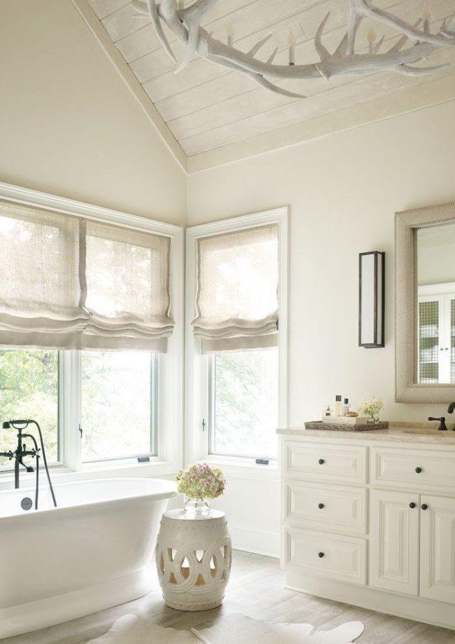 Льняные римские шторы для наполненной светом ванной комнаты в Атланте. Оконное расположение каждой шторы, экономящее расход ткани
