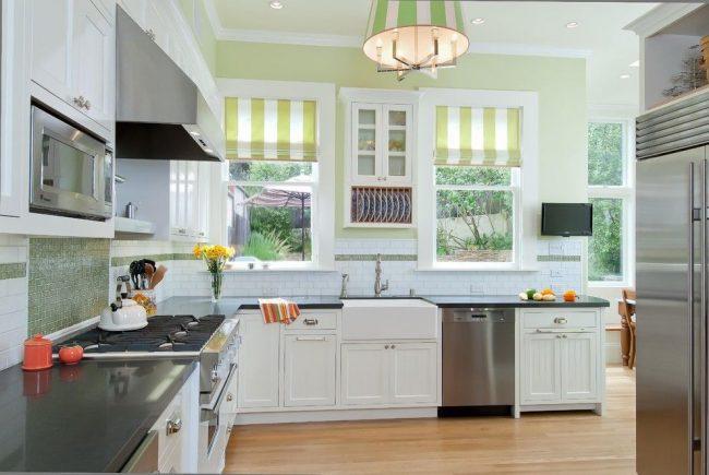 Простые римские шторы в открытом виде для современной кухни