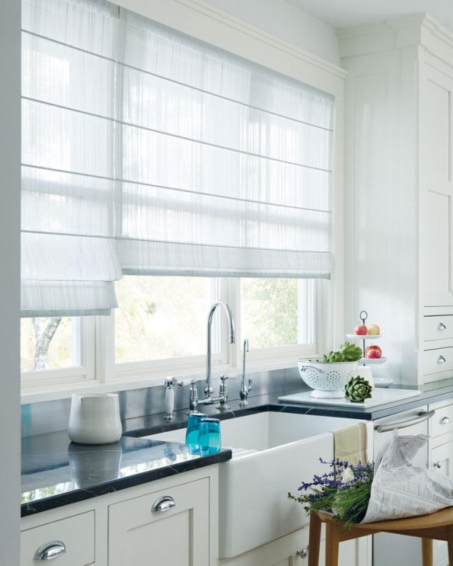 Прозрачная ткань для римских штор, выполняющих функцию тюли, на элегантной кухне
