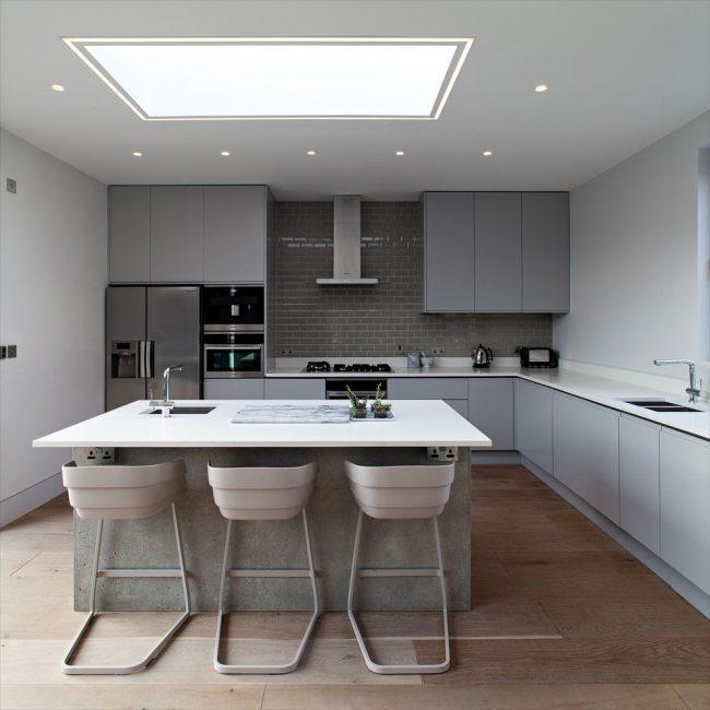 Лаконичная серая современная кухня со своеобразным контрастом: сочетание матовых и глянцевых поверхностей одного цвета, но разных оттенков