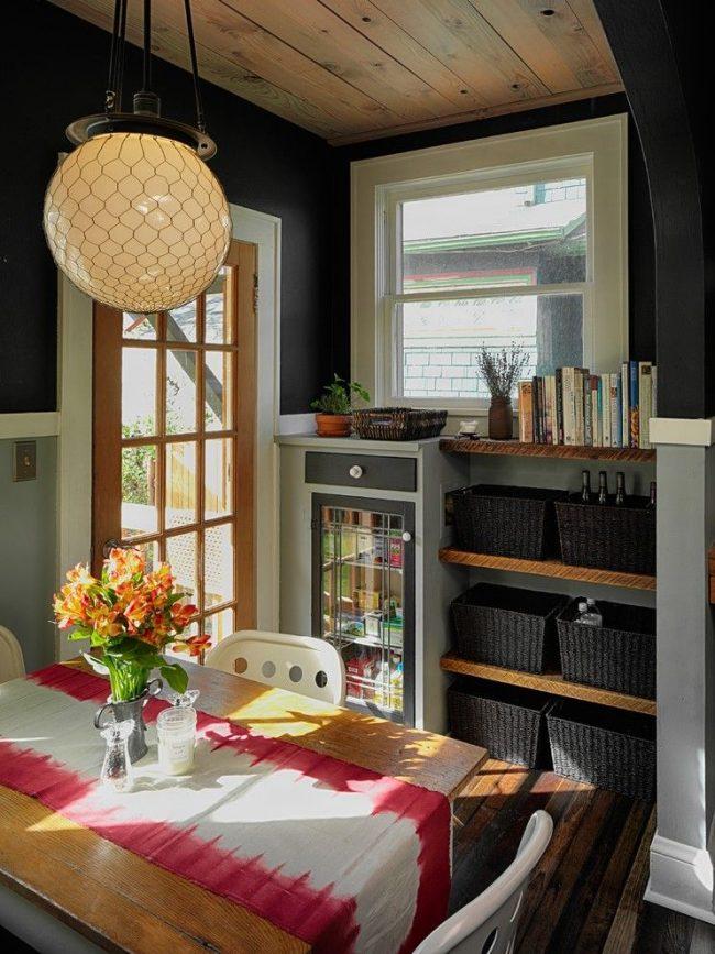 Интерьер кухни в горном стиле с оформлением стен двумя оттенками серого цвета. Дерево, плетеные корзины, цветы – характерные тематические детали