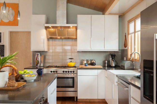 Оригинальная кухня с цветовыми делениями, оснащенная гарнитуром и кухонным островом IKEA