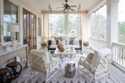 Фото 12 Прозрачные шторы для беседок и веранд: комфорт на даче круглый год и обзор наиболее изящных идей для декора