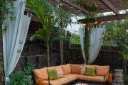 Фото 18 Прозрачные шторы для беседок и веранд: комфорт на даче круглый год и обзор наиболее изящных идей для декора