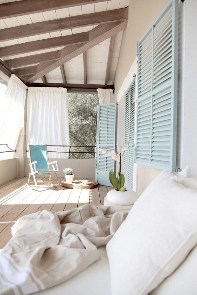 Терраса в пляжном стиле с белоснежными шторами
