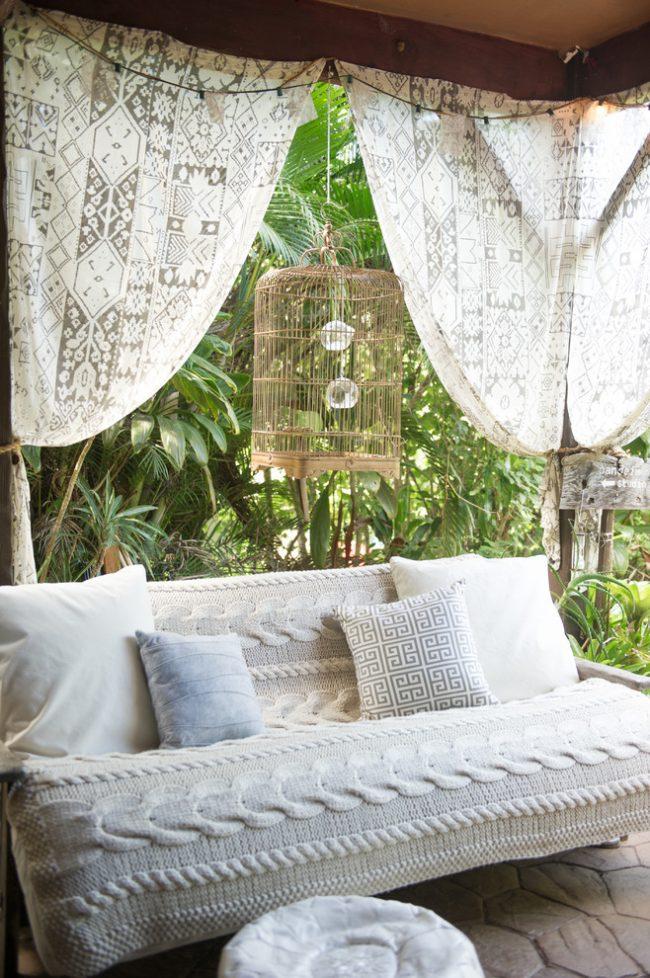 Декоративная легкая штора на открытой террасе