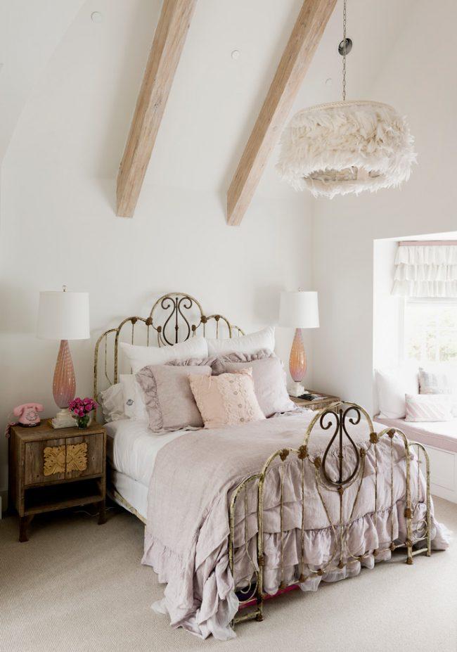 Красивая люстра в стиле шебби шик и дополнительные торшеры по бокам кровати