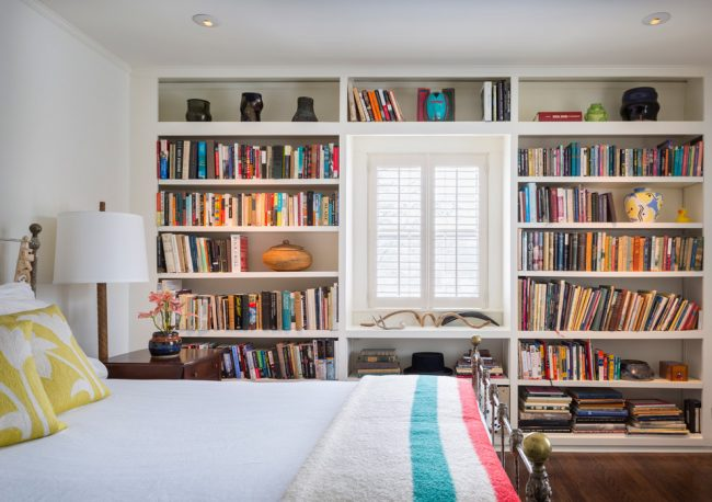Один из вариантов экономии пространства - заменить книжный шкаф на открытые полки