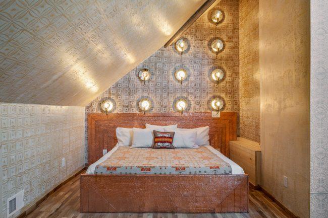 Сказочная восточная спальня с настенным точечным освещением