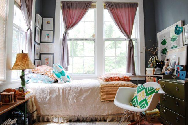В комнате с хорошим естественным освещением можно позволить окрасить стены в темные оттенки