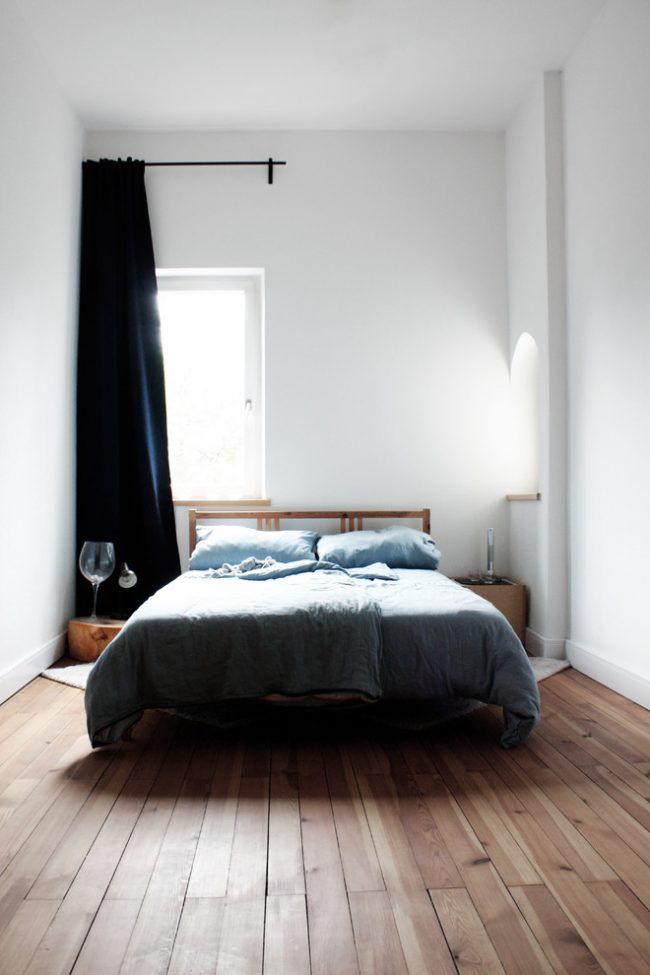 С помощью высоких потолков и белоснежной отделке комната кажется довольно просторной