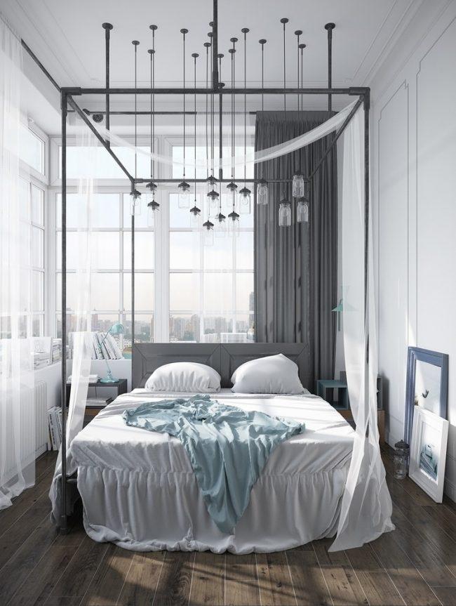 Небольшую площадь спальни помогут зрительно увеличить большие окна