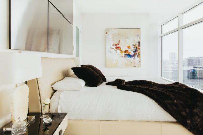 Светлая спальня с панорамными окнами без штор