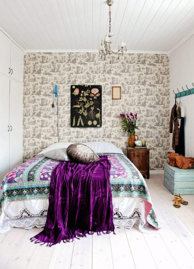 Яркие бархатные элементы декора оживят атмосферу спальни