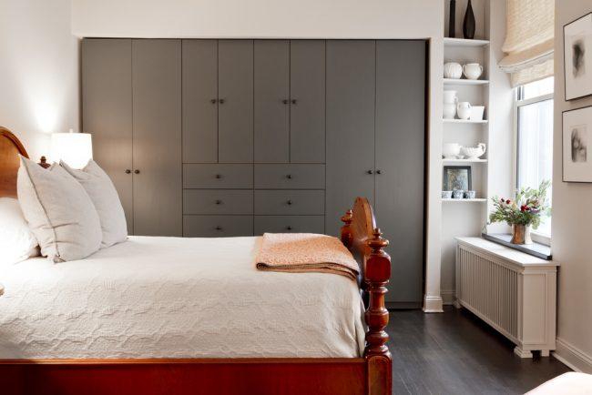 Встроенный в нишу шкаф не будет загромождать, и без того маленькую, спальню