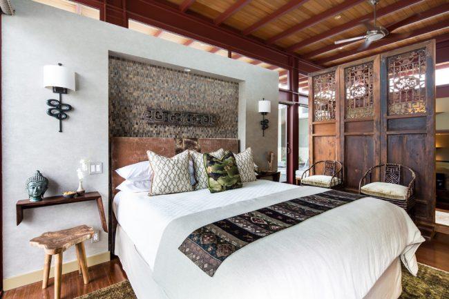 Классическая японская спальня с деревянной отделкой потолка