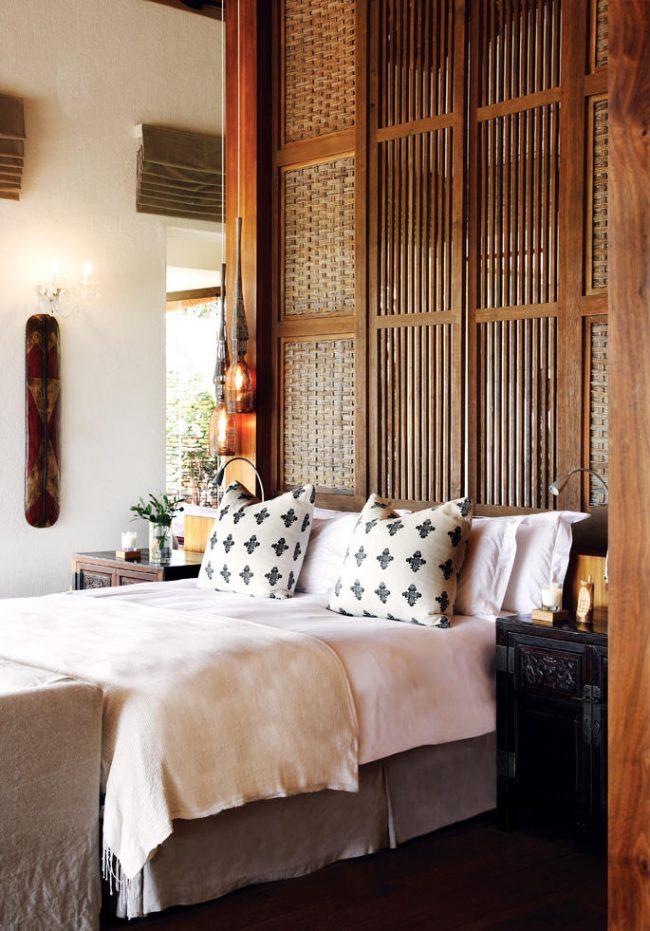 Бамбуковое плетение у изголовья кровати подчеркнет выбранный стиль