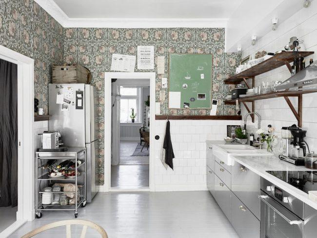 Панельная отделка стен с применением плитки и обоев в светлом скандинавском стиле