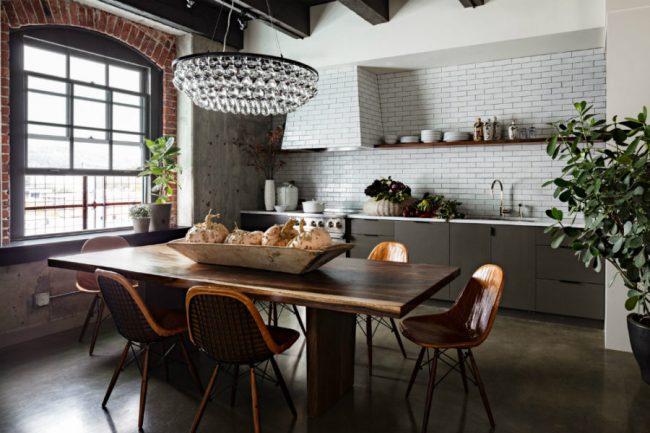 Дизайнерское оформление кухни с оригинальной отделкой стен и элементами декора