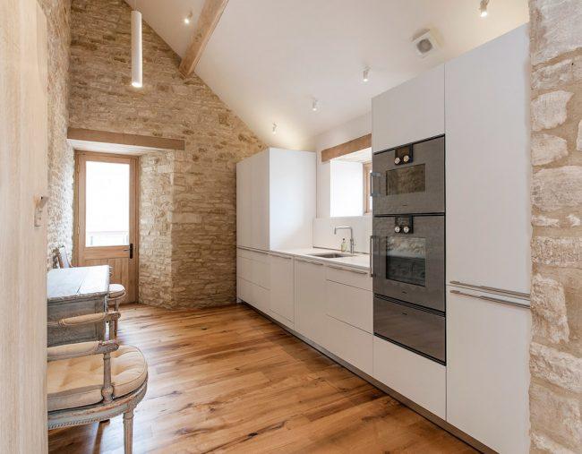 Сочетание стилей в кухне с природной отделкой стен