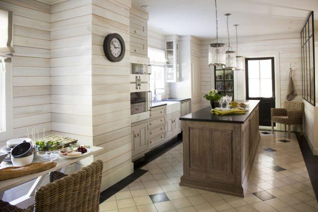 Кухня в стиле кантри с отделкой стен светлой вагонкой