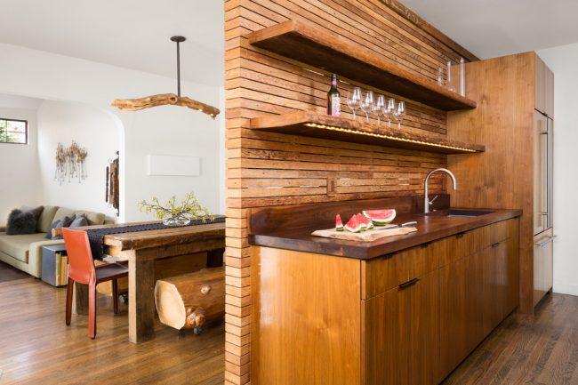 Интересная отделка кухонной перегородки тонкой доской