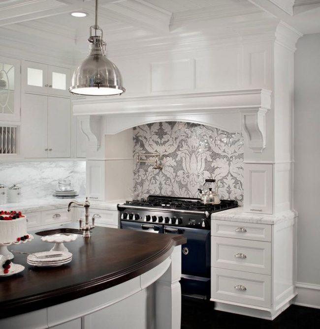 Мозаичный узор на рабочей стенке в классической кухне