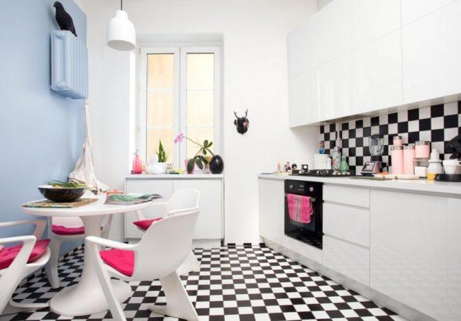 Мелкая шахматная плитка в сочетании с розовым придает кухне сказочную атмосферу