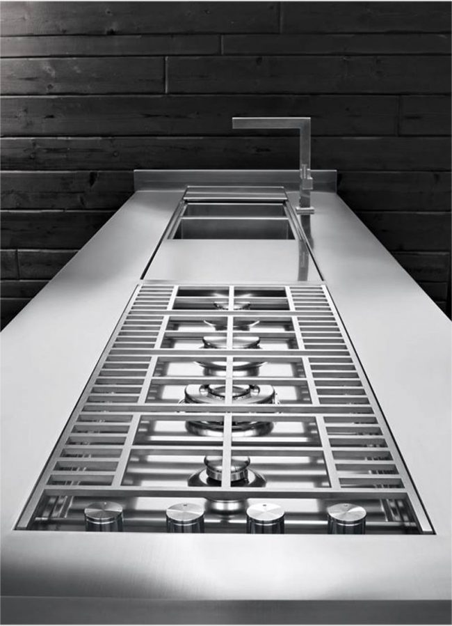 Встроенная в столешницу газовая плита, спрятанная под металлической решеткой