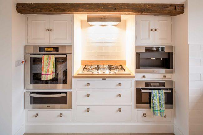 Отличный вариант расположения духовых шкафов по бокам от варочной плиты