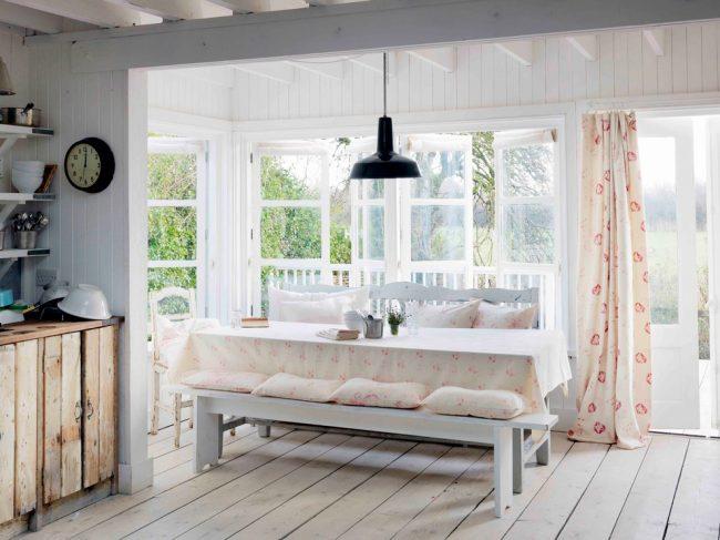 Цветочный романтический текстиль на панорамной террасе