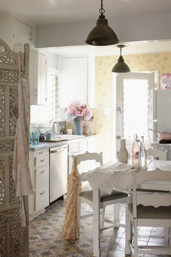 Присутствие в кухне многочисленных характерных деталей, обозначает выбранный стиль оформления