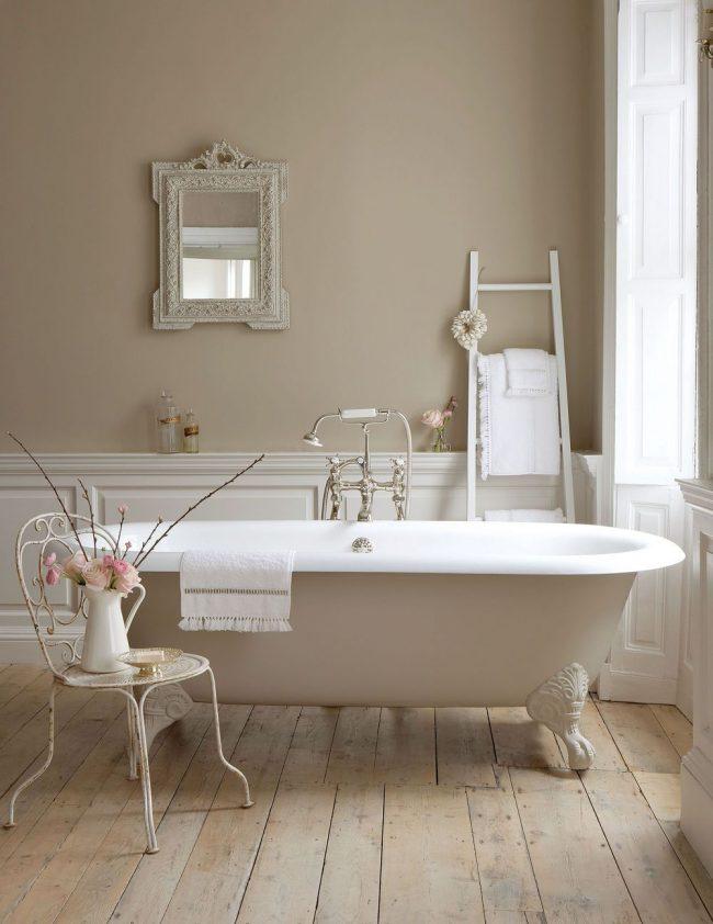 Просторная провансовая ванная комната вполне совместима с классическим стилем