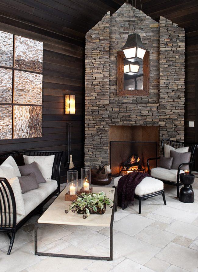 Контрастные тона в интерьере гостиной шале с каменным камином