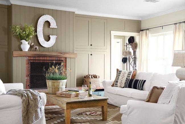 Светлое домашнее настроение в оформлении гостиной дачного домика